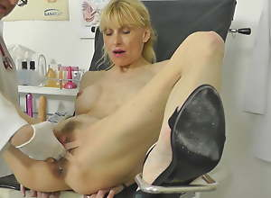 Hot MILF caught squirting here gynochair approximately hidden web camera
